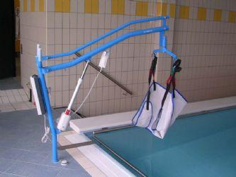 Sollevatore per piscina con imbragatura e con fissaggio a - Sollevatore piscina per disabili ...